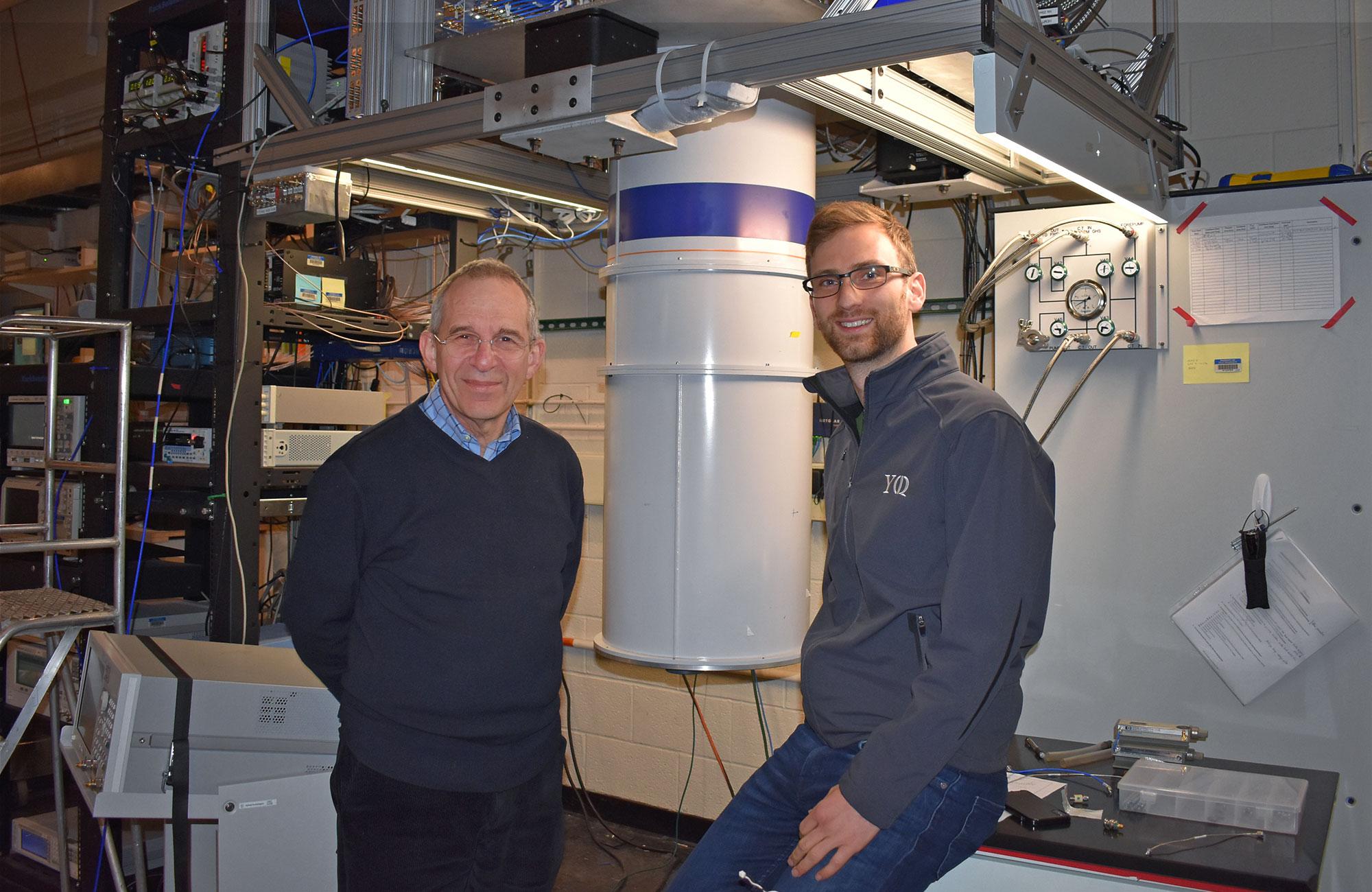 Los protagonistas de esta investigación: Michel Devoret (izquierda) y Zlatko Minev en el laboratorio donde desarrollaron su experimento. Foto: Yale Quantum Institute.