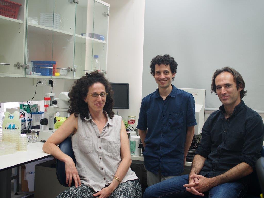 Los investigadores de la Universidad de Tel Aviv, Rachel Posner (izda.), Itai Toker (centro) y el Oded Rechavi. Foto: UNIVERSIDAD TEL AVIV.