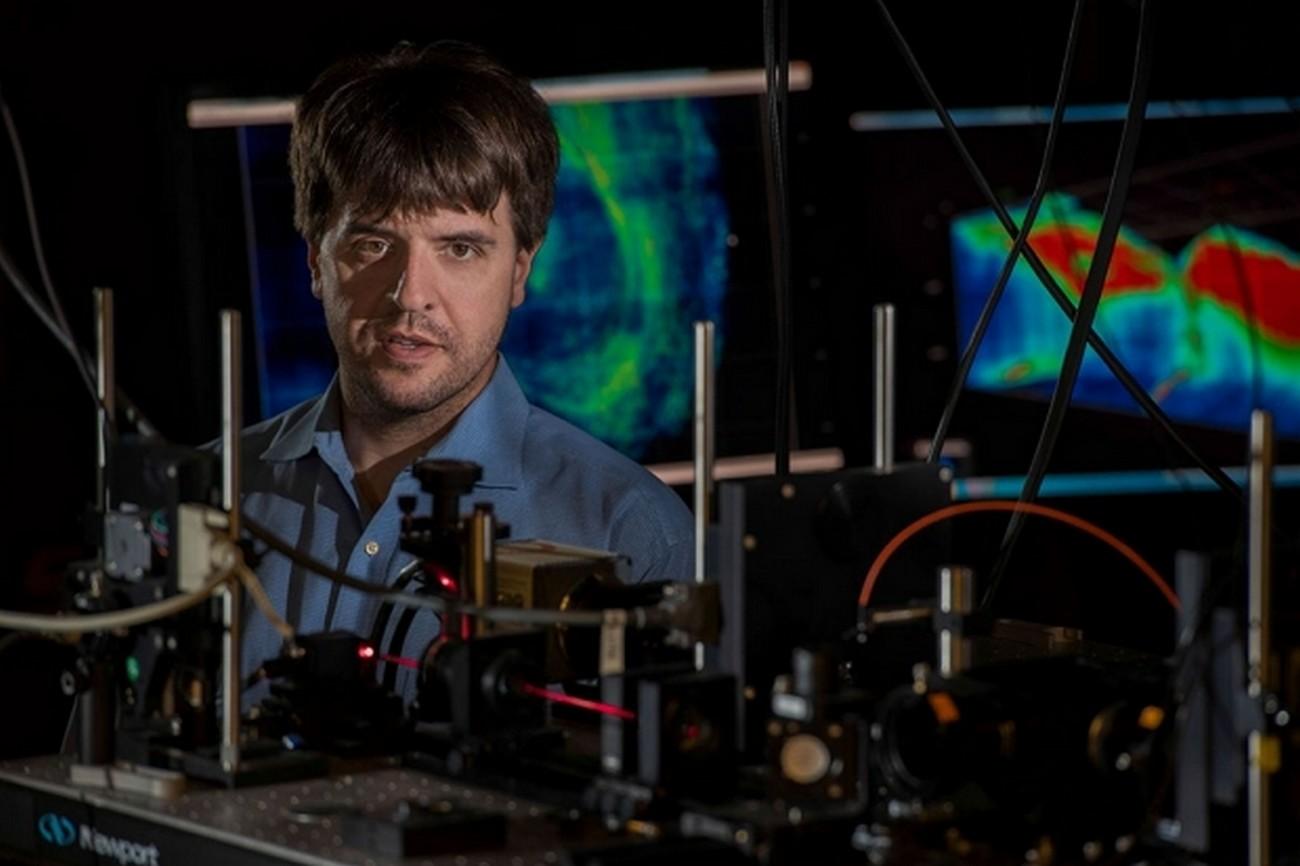 Karl Deisseroth, el autor principal, en su laboratorio. Foto: Steve Fisch. Stanford University.