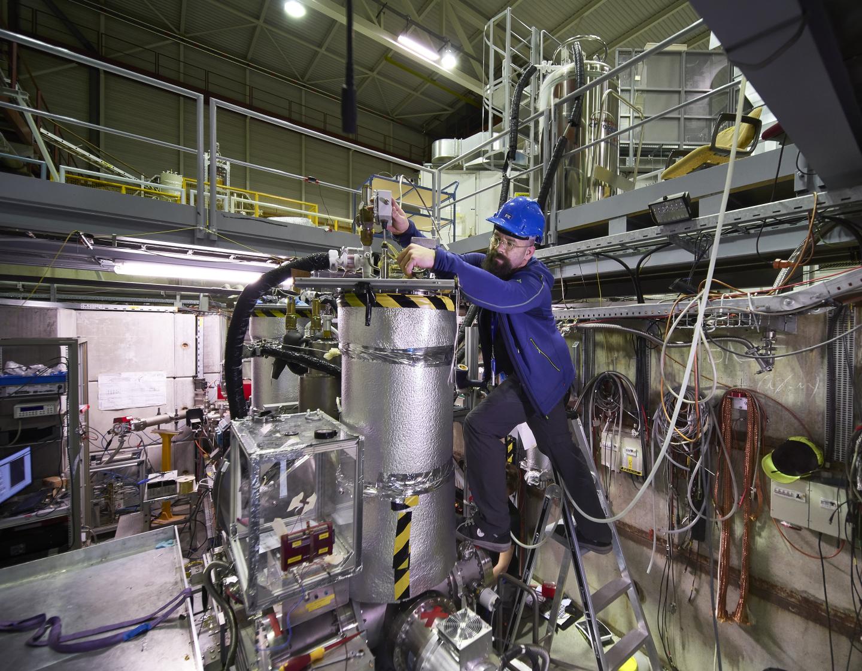 El portavoz de BASE, Stefan Ulmer, trabajando en el experimento (Imagen: CERN)