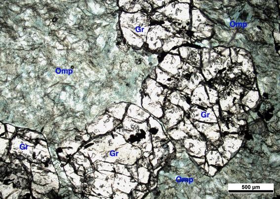 """""""Vista microscópica de una lámina delgada de onfacitita, una de las rocas alpinas usadas para elaborar hachas en el neolítico analizada en este estudio"""". UAB."""