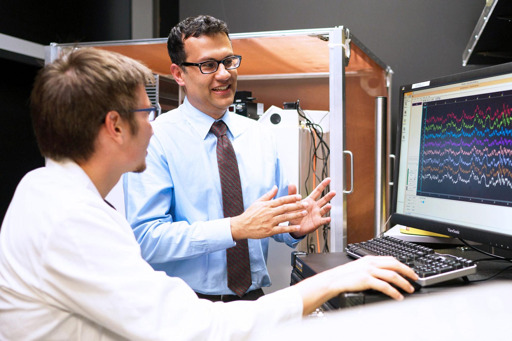 Karunesh Ganguly, en su laboratorio. En la pantalla se aprecian los rastros de las oscilaciones lentas y delta obtenidas durante el experimento. Foto: UCSF.