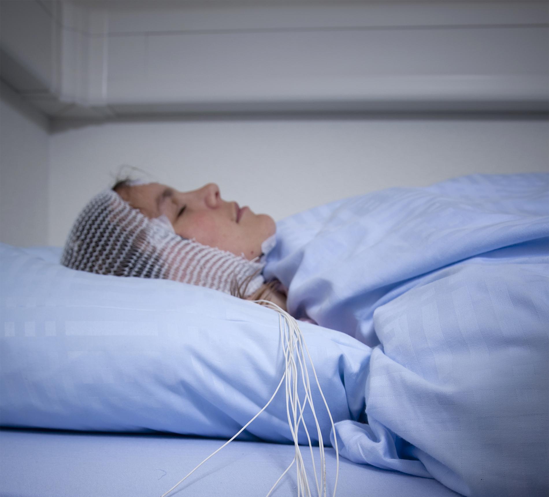 Paciente equipado con el electroencefalograma de alta densidad (EEG), que mide la actividad cerebral durante el sueño con muchos electrodos colocados en el cráneo. © Dorothée Baumann. UNIGE.
