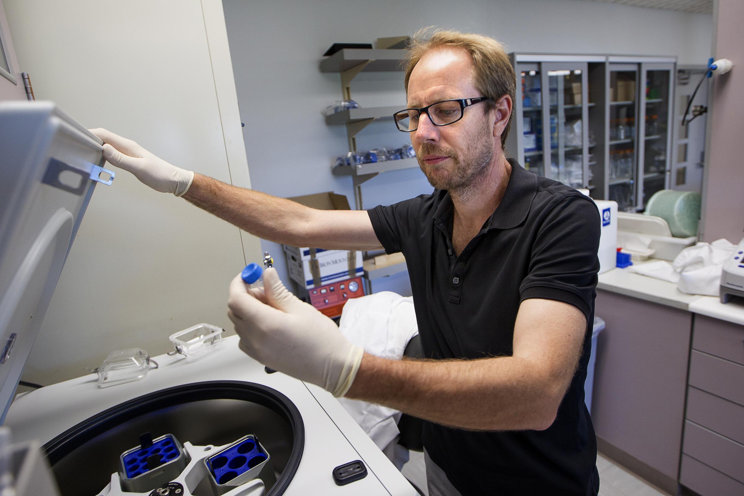 Tony Wyss-Coray, autor principal del estudio que descubrió que los niveles de proteínas en la sangre pueden predecir la edad de una persona. Foto: Norbert von der Groeben. Stanford Medicine.