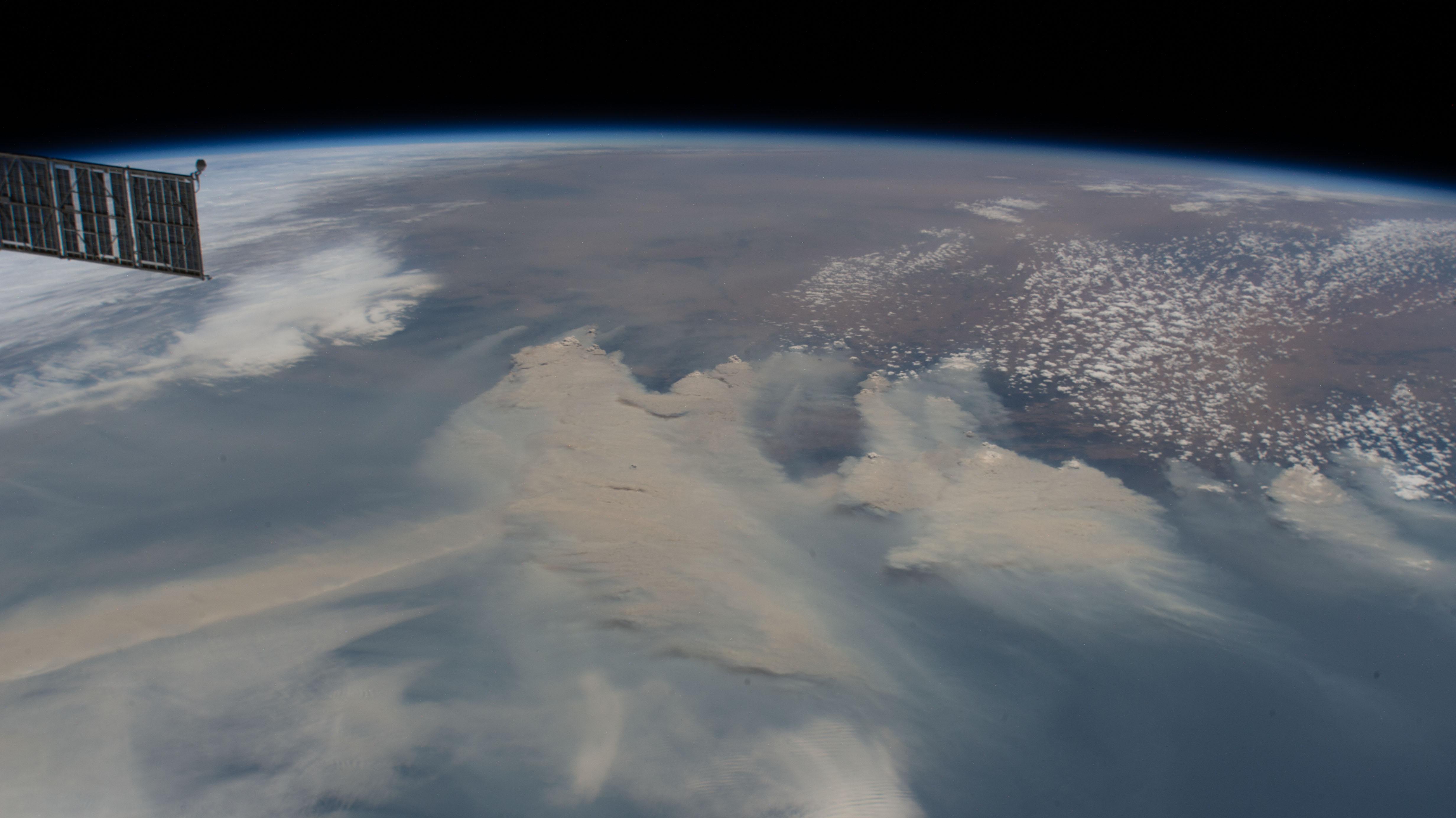 El humo de los incendios forestales cubre la costa sureste de Australia mientras la Estación Espacial Internacional orbitaba el pasado 4 de enero a 269 millas sobre el mar de Tasmania. NASA.