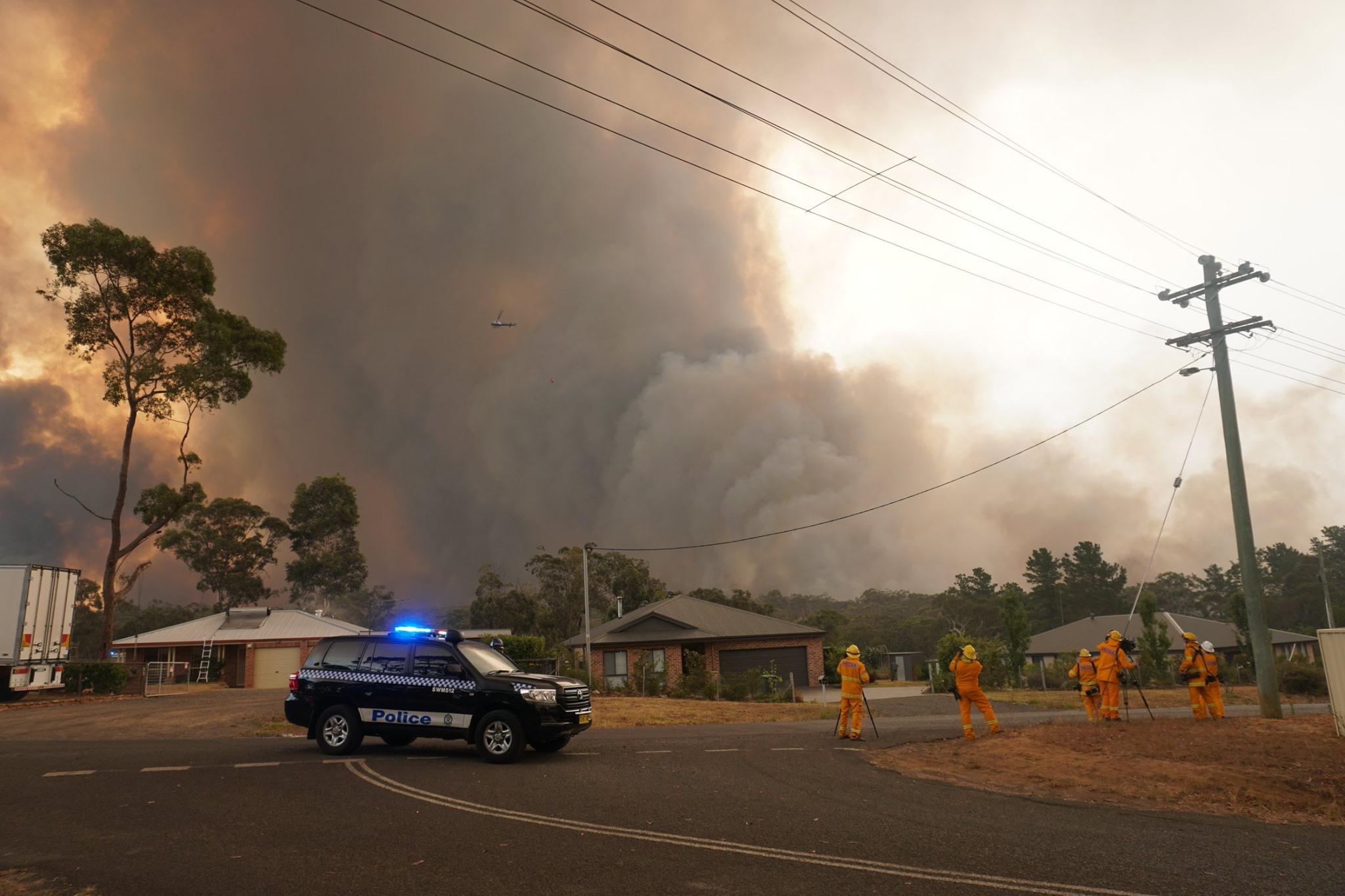 La policía evacua a los residentes de Yanderra, un pequeño pueblo situado en la frontera de las tierras altas del sur y la región de Macarthur de Nueva Gales del Sur, durante la ola de incendios forestales que asolan Australia. Foto tomada 21 de diciembre de 2019. Autor: Helitak430.