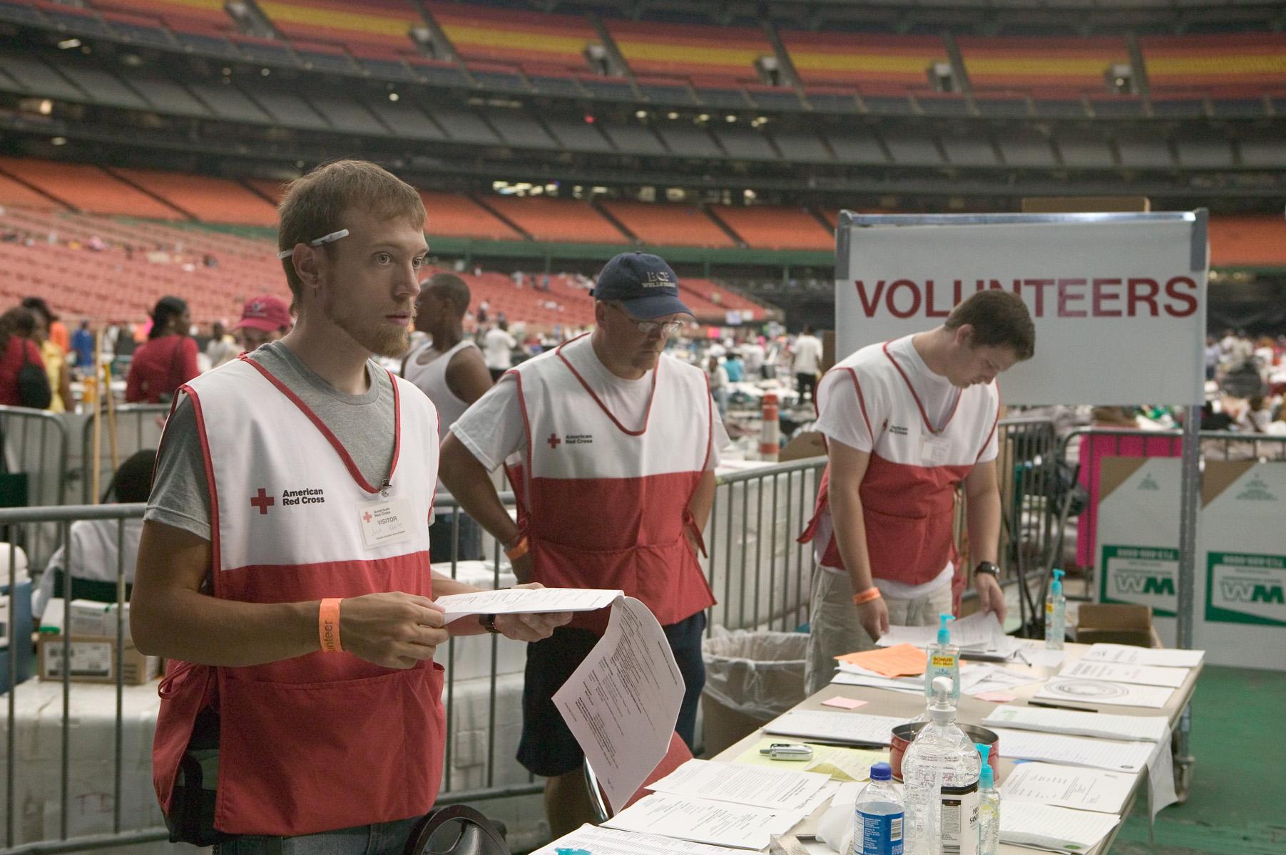 Voluntarios ayudan a las víctimas del  huracán Katrina, que provocó 1.833 muertes en 2005 en Estados Unidos. Foto: FEMA (Federal Emergency Management Agency).
