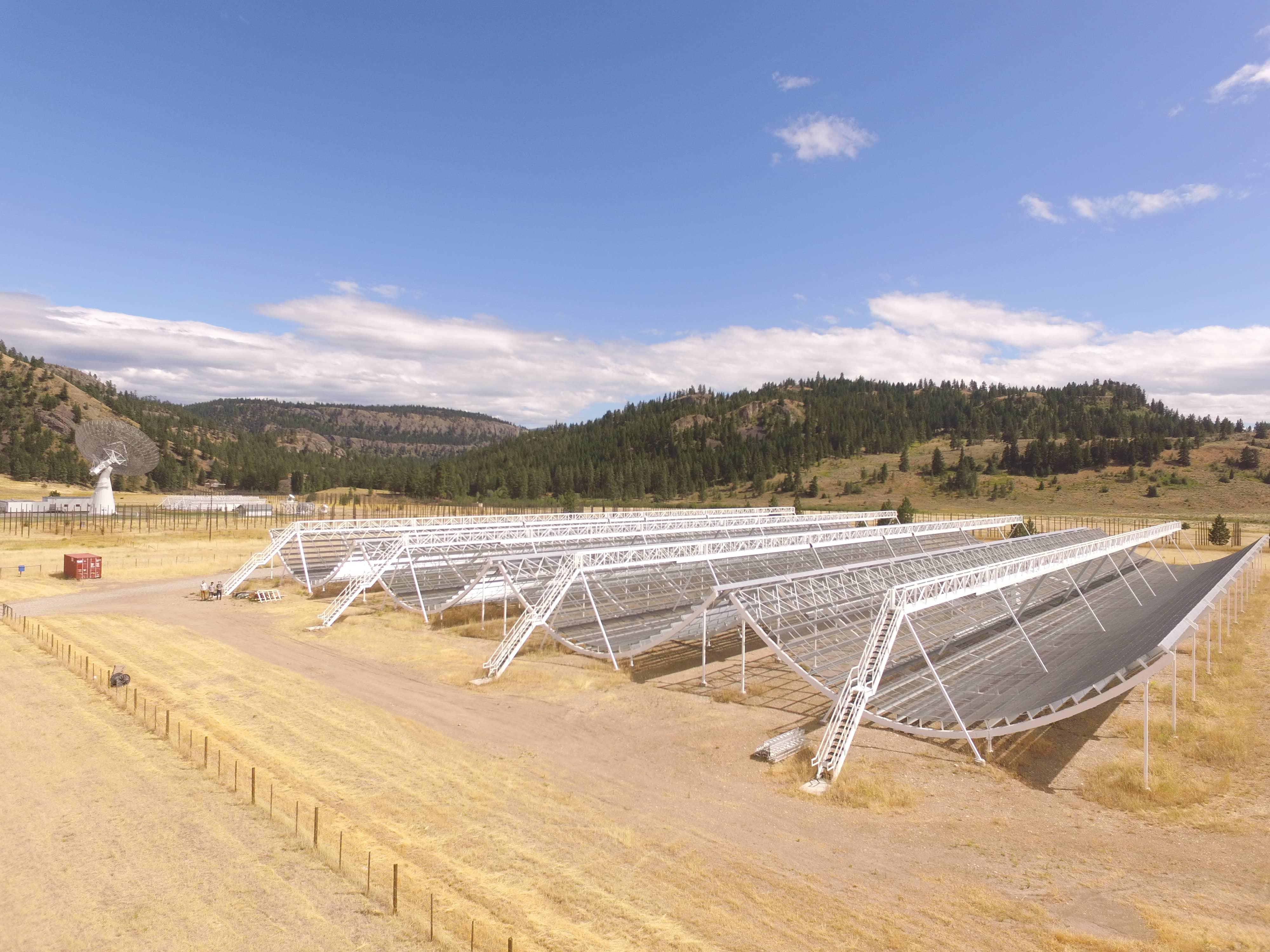 El telescopio que capta las misteriosas FRB. Foto:  Canadian Hydrogen Intensity Mapping Experiment