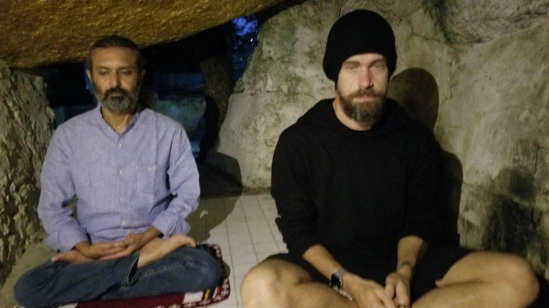 Jack Dorsey (derecha), CEO de Twitter, fue en 2018 a Pyin Oo Lwin, un pequeño pueblo del norte de Birmania, para un periodo de meditación y celebrar así su 42 cumpleaños. La experiencia la vivió en el centro de meditación Dhamma Mahima, que forma parte de una red que enseña la práctica del mindfulness, totalmente desconectado del resto del mundo. Foto: Tomada de su cuenta de twitter.