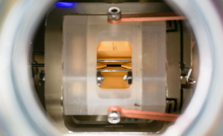 Ion de estroncio atrapado en un campo eléctrico. La medición en el ion dura solo una millonésima de segundo… ¡y ha sido filmada! Crédito: F. Pokorny et al.