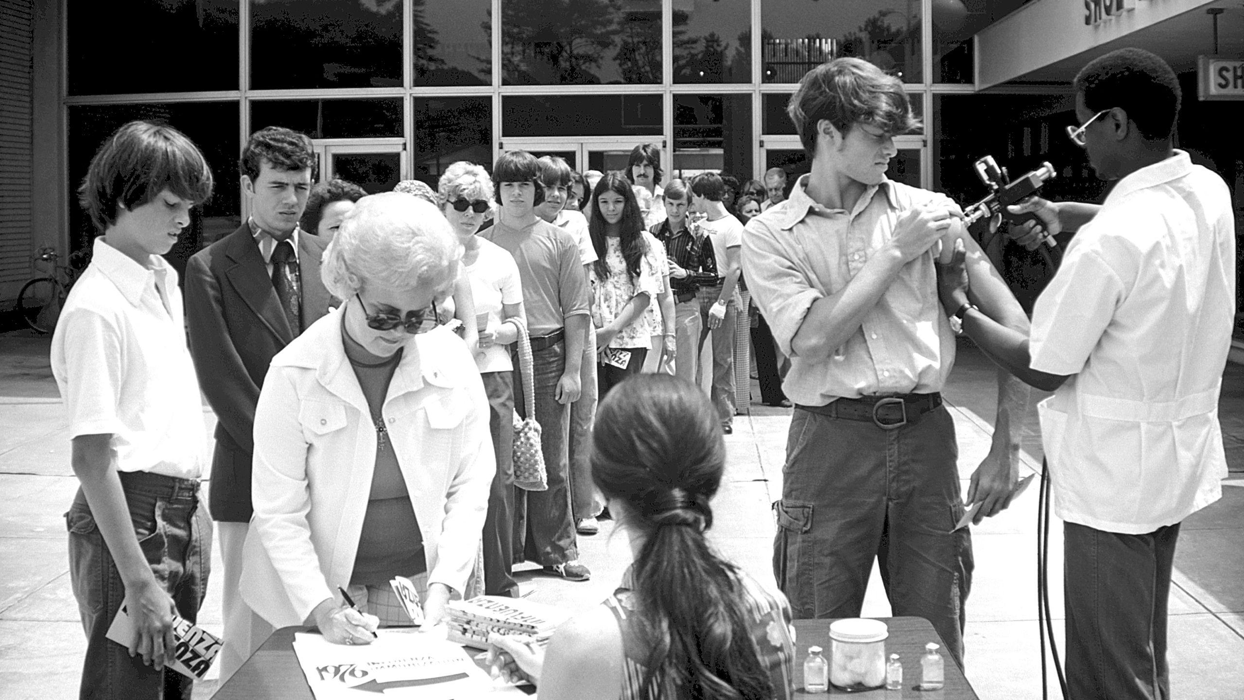 Vacuna contra la influenza de Nueva Jersey, también conocida como gripe porcina. Esta imagen fue capturada durante una campaña de inmunización de 1976. (Crédito: CDC)