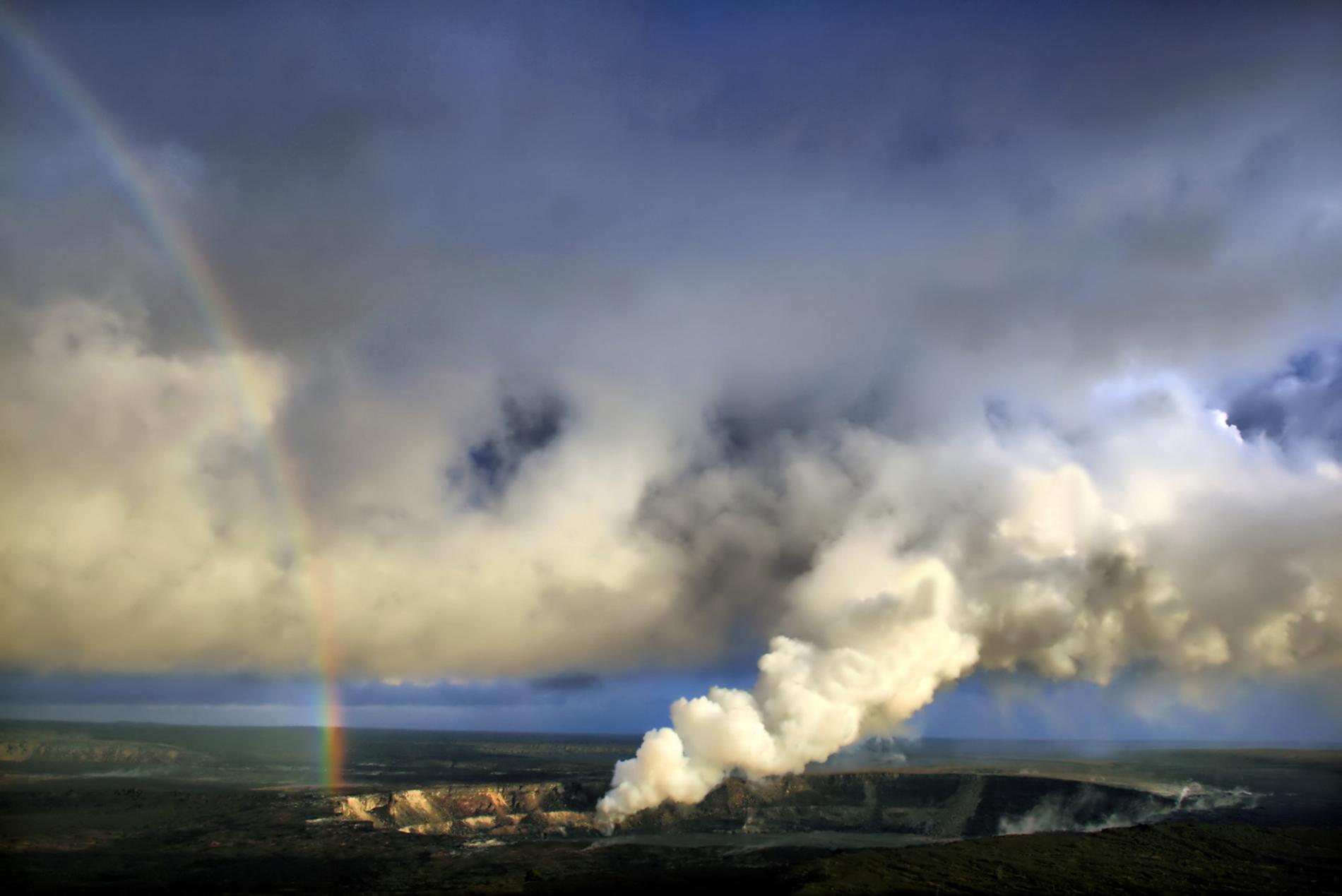 Arco iris y emisiones de dióxido de azufre con ceniza volcánica del cráter Halemaʻumaʻu, Kilauea. Foto: Brocken Inaglory.