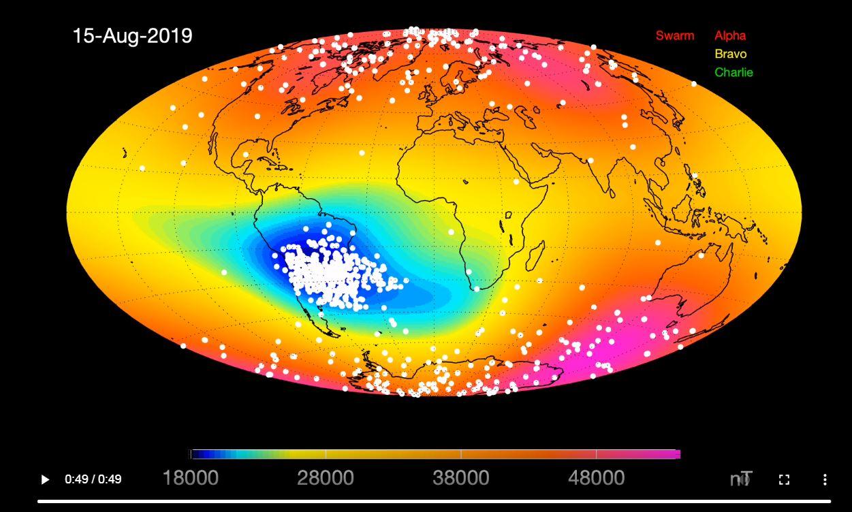 Los puntos blancos indican eventos magnéticos registrados por los satélites entre 2914 y 2019 en el interior de la Anomalía del Atlántico Sur. Los colores de fondo del planeta reflejan la variedad de la intensidad del campo magnético a 450 km de altura. ESA.