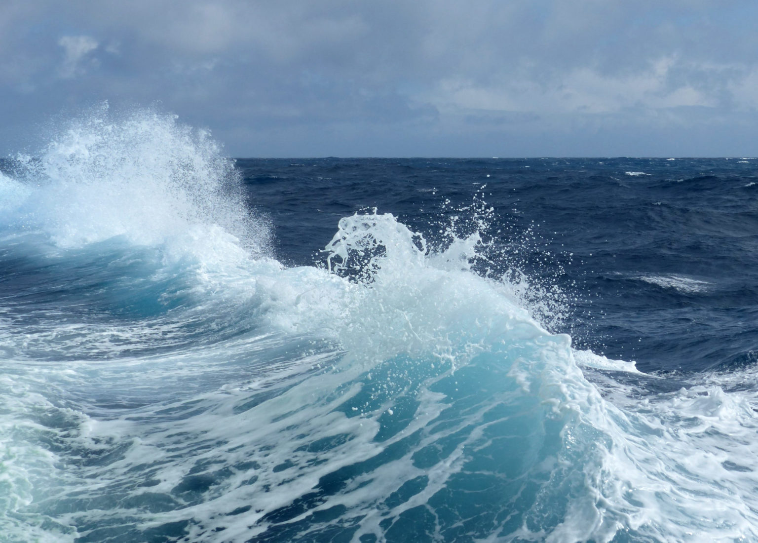 Una ola rompe contra el costado del buque de investigación durante la campaña de análisis de la atmósfera oceánica austral. Foto de Peter Shanks (CSIRO, AU).
