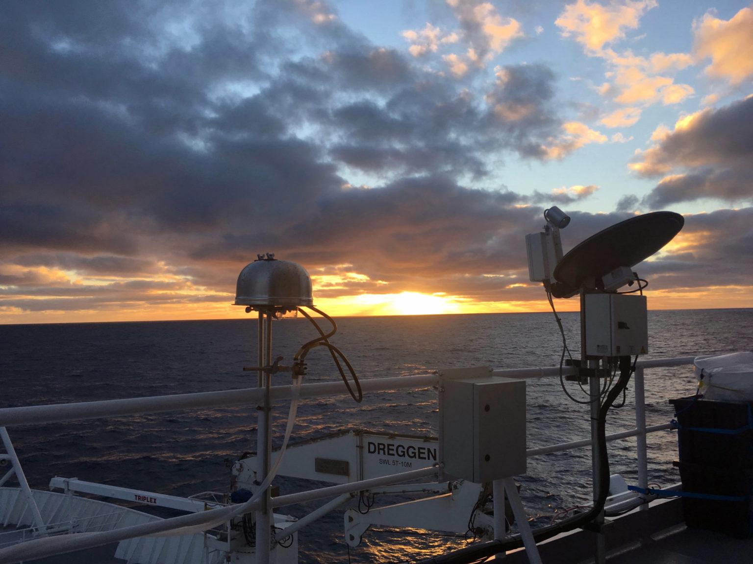 Los filtros de aerosol sondean el aire sobre el Océano Austral en el buque de investigación. Foto de Kathryn Moore.