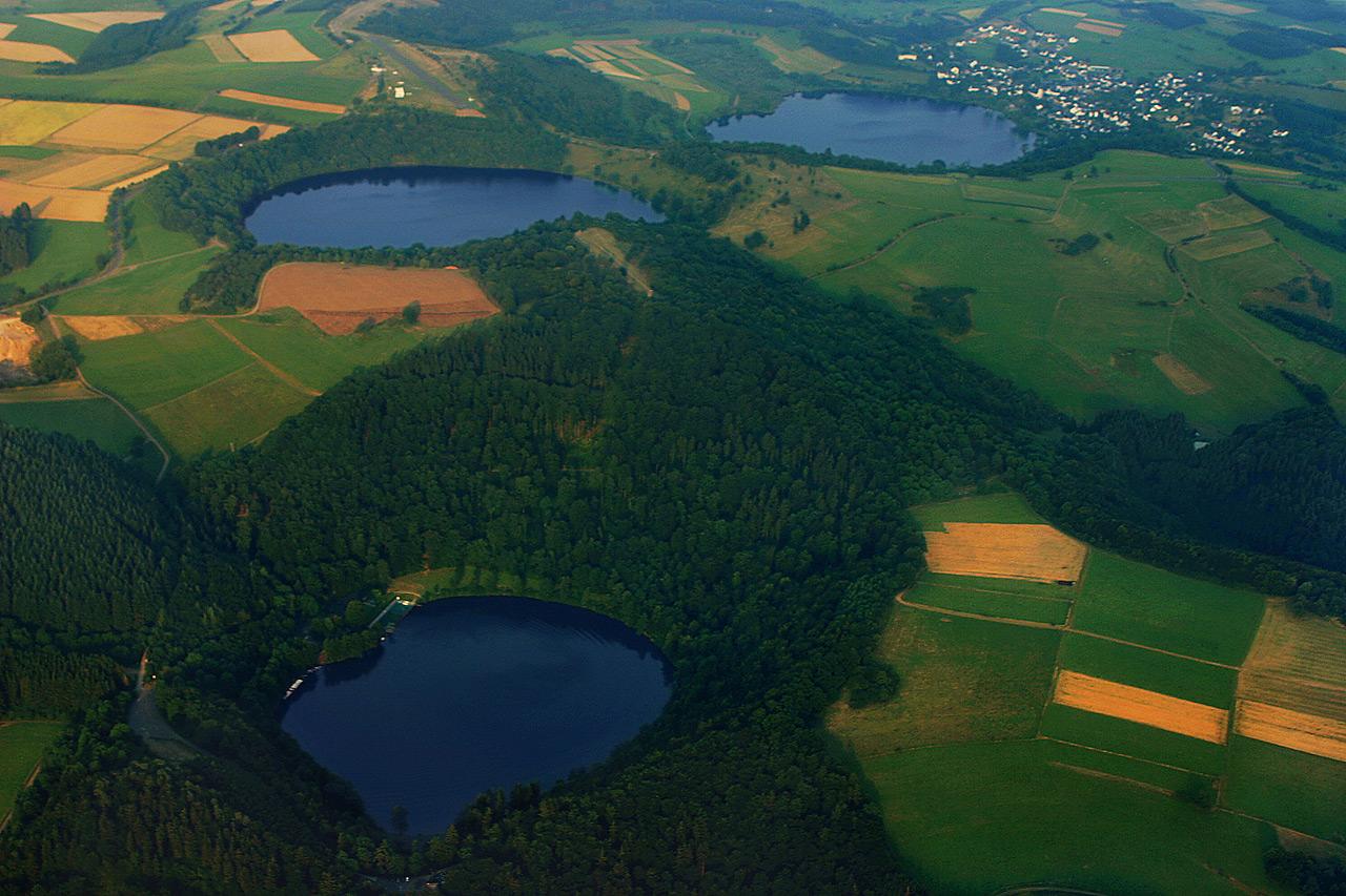 Tres cráteres llenos de agua en Eifel reflejan el turbulento  pasado geológico de esta región volcánica situada al oeste de Alemania. Crédito: Martin Schildgen.
