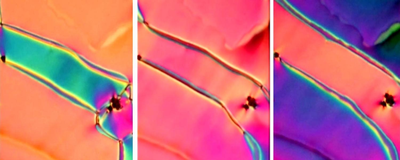 En esta nueva fase del cristal líquido, los colores cambian a medida que los investigadores aplican un pequeño campo eléctrico. Crédito: SMRC.
