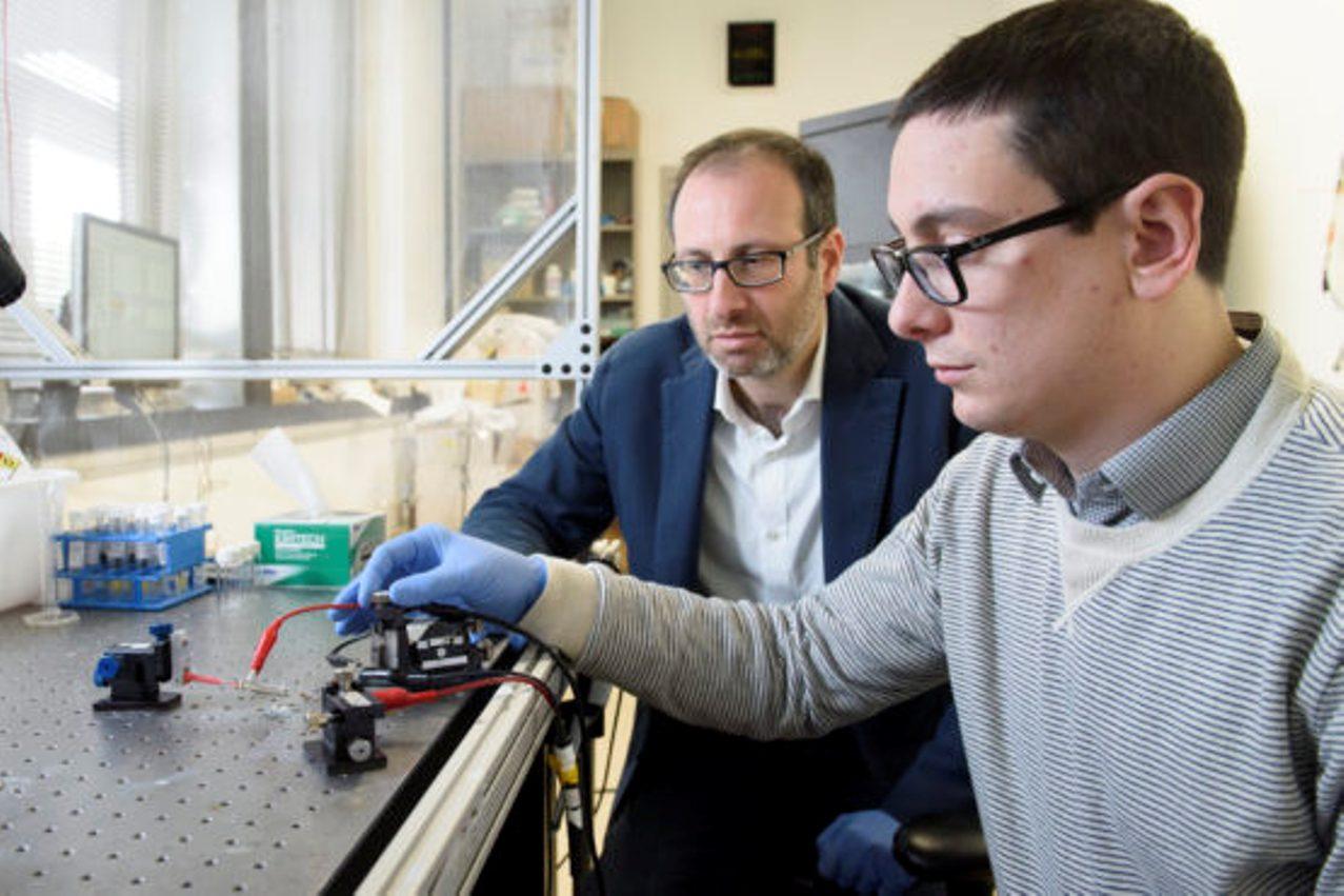Investigadores de la Universidad de Standford prueban el nuevo dispositivo. Foto: L.A. Cicero / Universidad de Stanford.