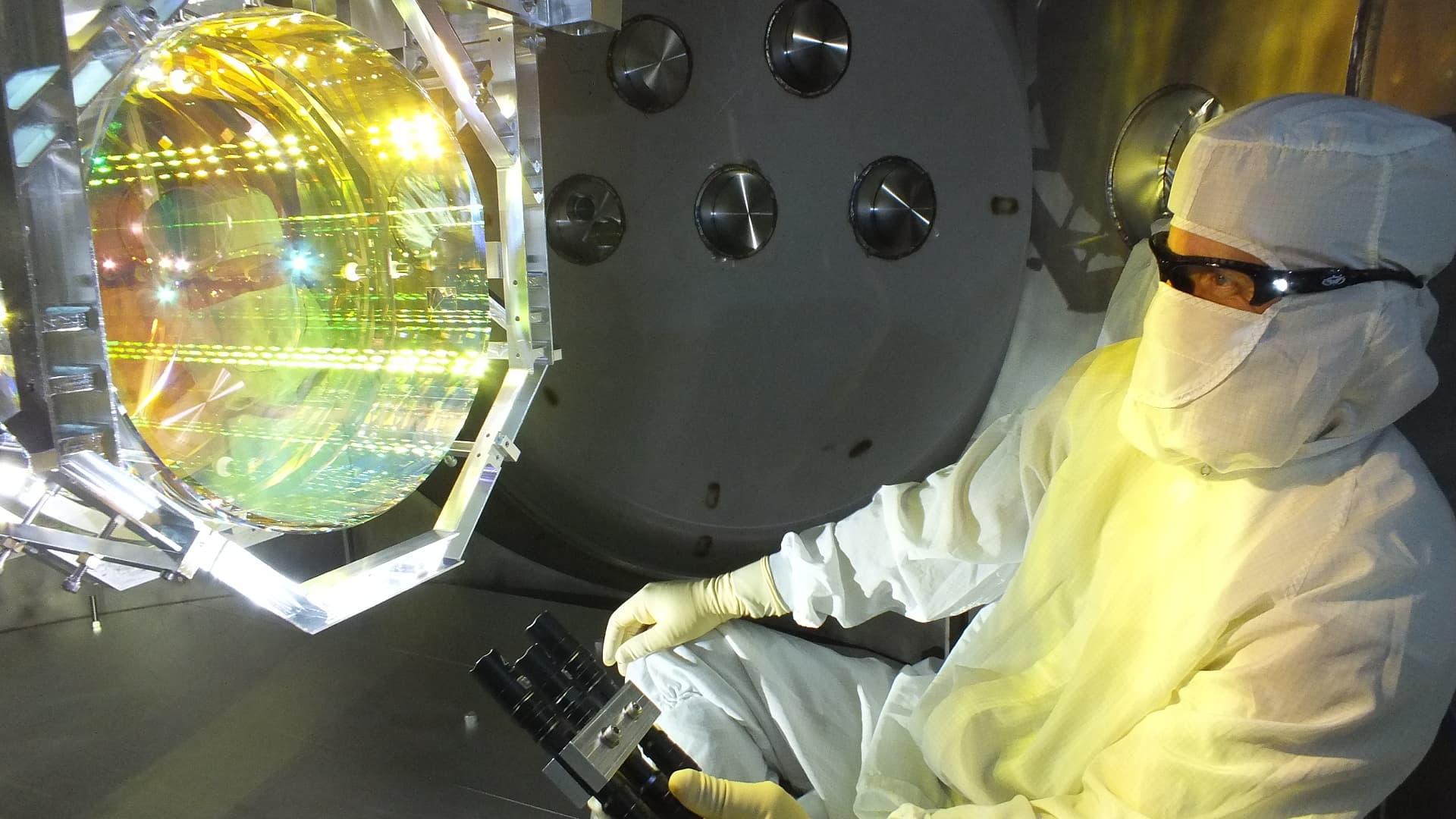 En la foto, un técnico de óptica de LIGO inspecciona uno de los espejos de LIGO. Crédito: Matt Heintze /Caltech/MIT/LIGO Lab