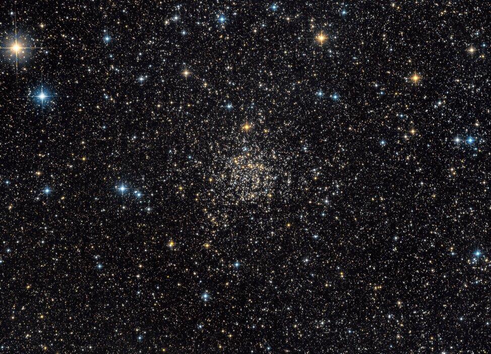 NGC 7789 es un antiguo cúmulo abierto de estrellas de la Vía Láctea, que se encuentra a unos 8,000 años luz de distancia. Alberga algunas enanas blancas de masa inusualmente alta, analizadas en este estudio. Crédito: Guillaume Seigneuret y NASA.