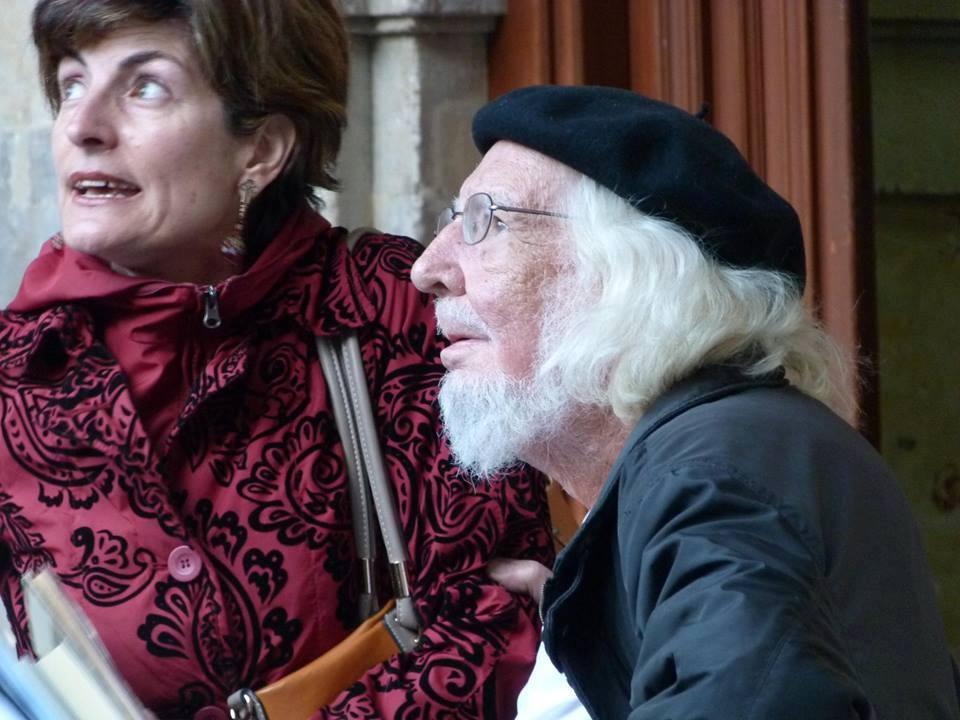 Ernesto Cardenal y María Ángeles Pérez López en 2013 contemplando las cigüeñas en Salamanca. Imagen: Elena Díaz Santana.
