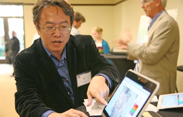 El profesor Ming-Hsiang Tsou muestra en una pantalla los resultados de su investigación. Imagen: Whitney Mullen. Fuente: SDSU.