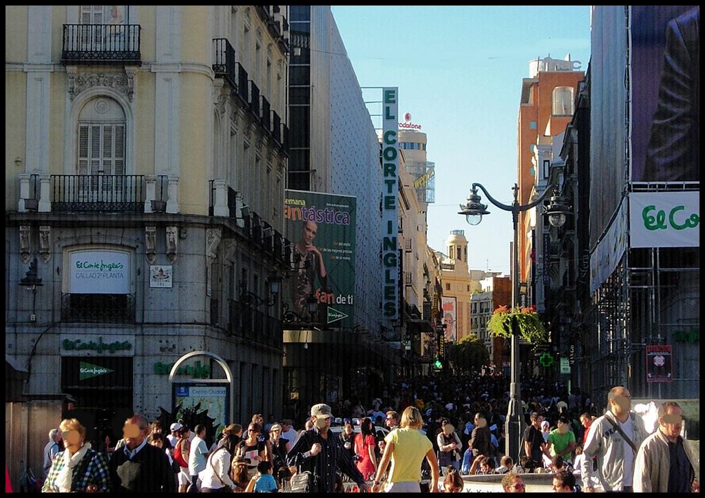 Calle Preciados desde Puerta del Sol, Madrid. Actividad comercial durante un día domingo. Imagen: Carlos Viñas-Valle. Fuente: Flickr.