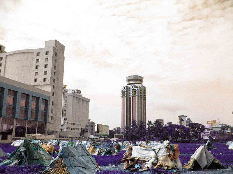 Infraviviendas cerca de edificios comerciales en Cochín, India. Fuente: http://www.flickr.com/photos/eenthappana/