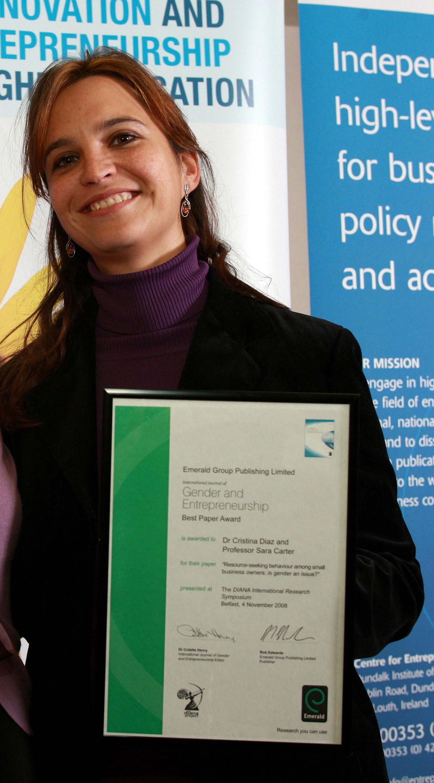 Cristina Díaz, recibiendo un premio por otro trabajo sobre género. Fuente: UCLM.