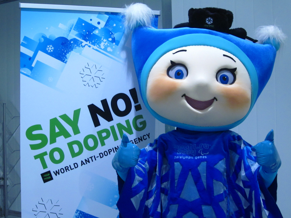 'Copo de nieve', una de las mascotas de los Juegos Paralímpicos de Sochi, delante de un cartel contra el dóping. Fuente: Agencia Mundial Antidopaje.