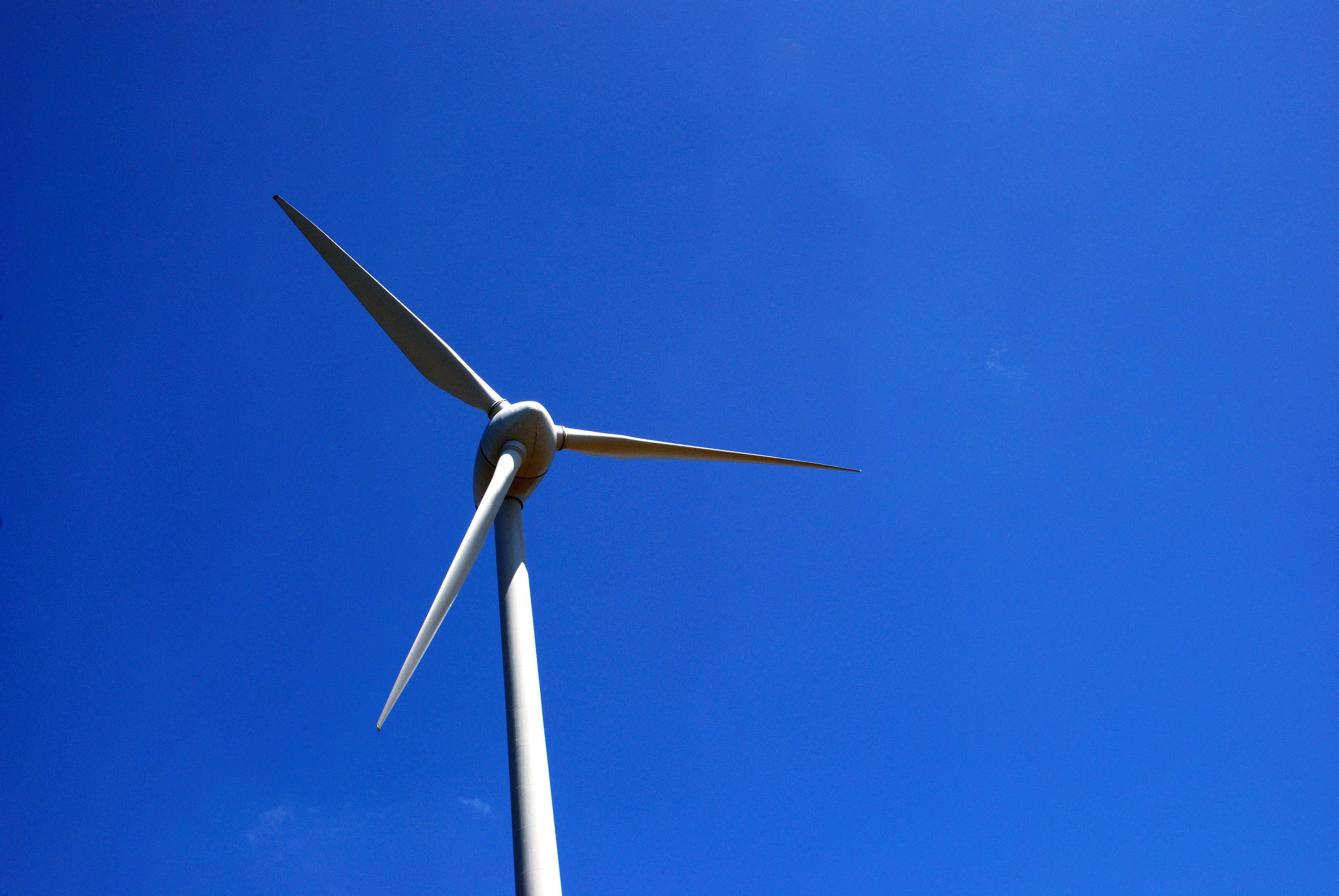 Muchas tecnologías de energías renovables han demostrado mejoras sustanciales en rendimiento energético y en reducción de costes, y han alcanzado el nivel de madurez necesario para su aplicación a escala significativa, señala el informe. Imagen: Gonçalo Carreira. Fuente: PhotoXpress.