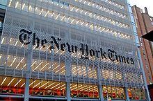 Entrada del edificio de The New York Times en Nueva York. Imagen: Haxorjoe. Fuente: Wikipedia.