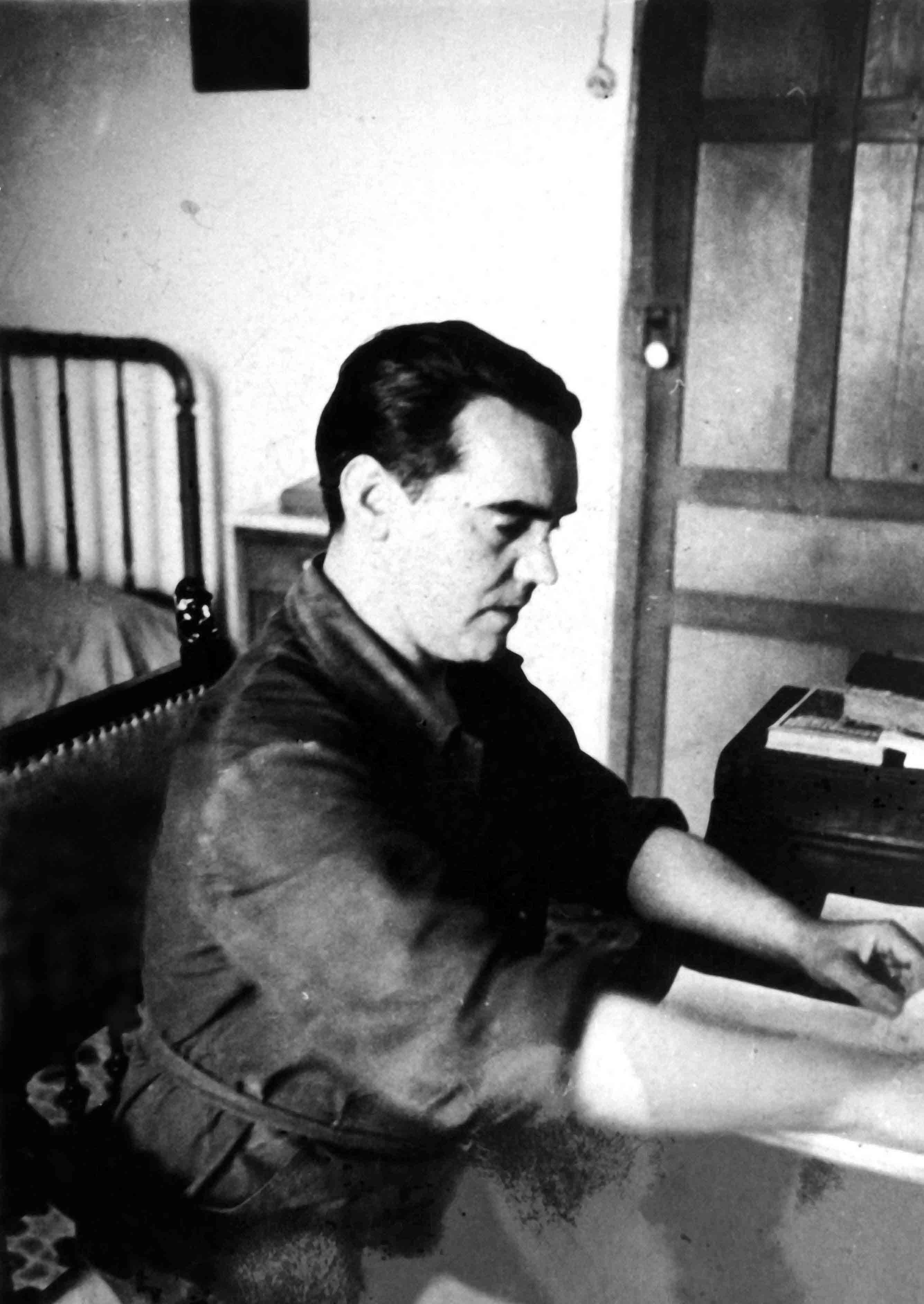 Federico García Lorca en su escritorio, en 1935. Imagen: Eduardo Blanco Amor. Fuente: Archivo fotográfico de Eduardo Blanco Amor. Biblioteca de la Diputación de Ourense.