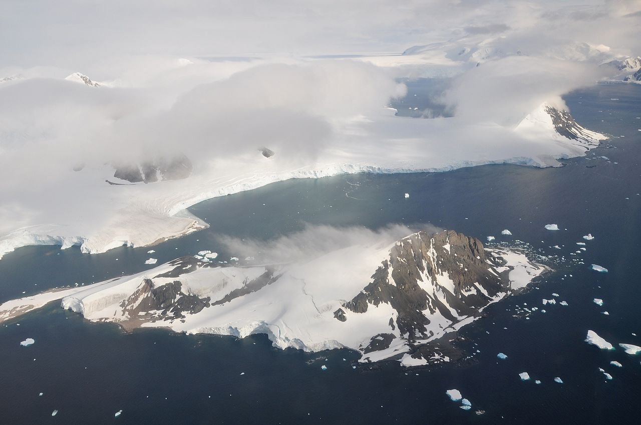 Isla de Webb, delante de la isla Adelaida, ambas en la costa de la península Antártica. Imagen: Vincent van Zeijst. Fuente: Wikipedia.
