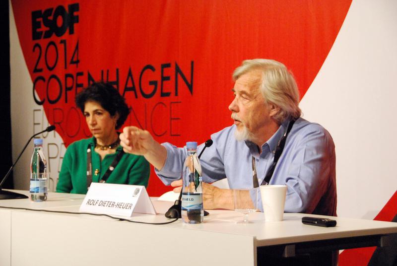 Fabiola Gianotti y Rolf-Dieter Heuer explican los detalles sobre el despertar del LHC en rueda de prensa en Copenhague (Dinamarca). Fuente: Sinc.
