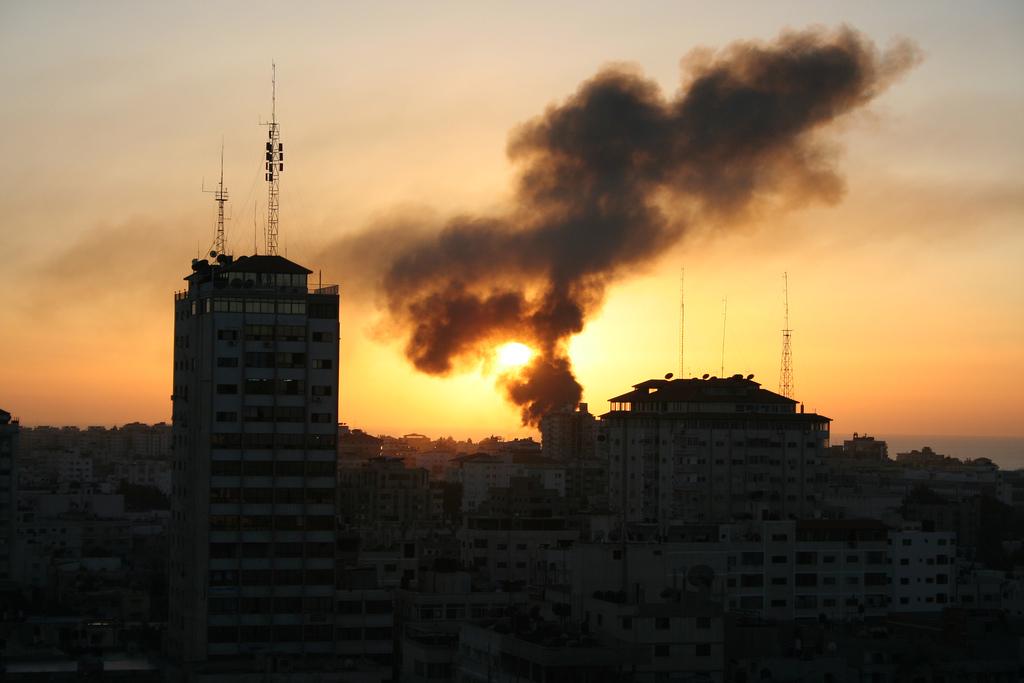 Gaza bombardeada. Foto: LicenciaAtribuciónCompartir bajo la misma licencia Algunos derechos reservados por Al Jazeera.