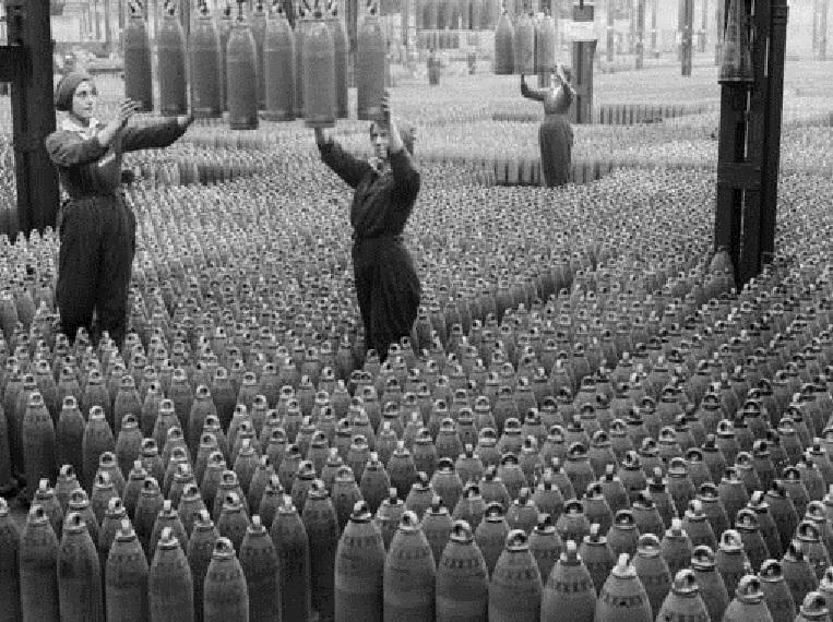 Operarias trabajando en una fábrica de munición durante la Primera Guerra Mundial.  Imagen: Imperial War Museums. Fuente: Sinc.