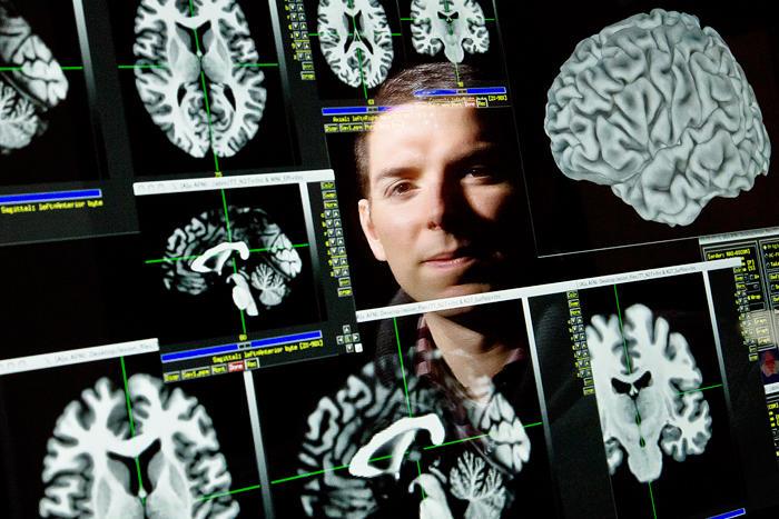 El profesor Aron Barbey. Imagen: L. Brian Stauffer. Fuente: Universidad de Illinois.