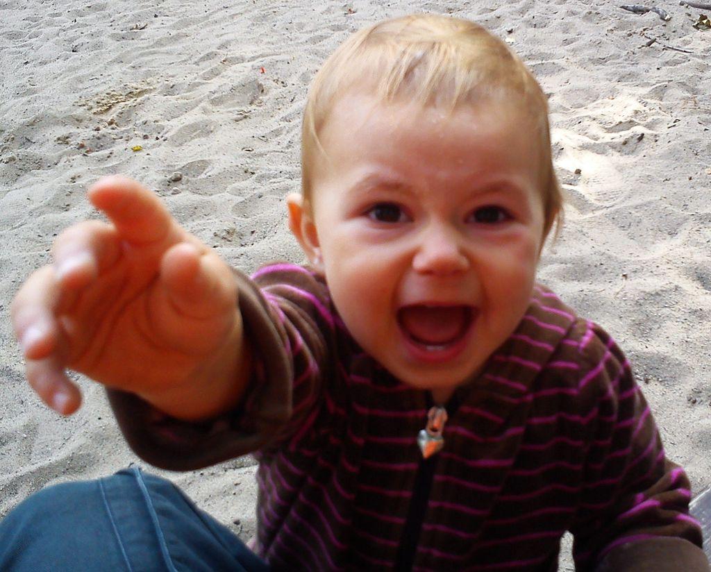 Hasta los niños ciegos, que no han visto una cara enfadada, son capaces de ponerla de forma natural. Imagen: MOs810. Fuente: Wikimedia Commons.