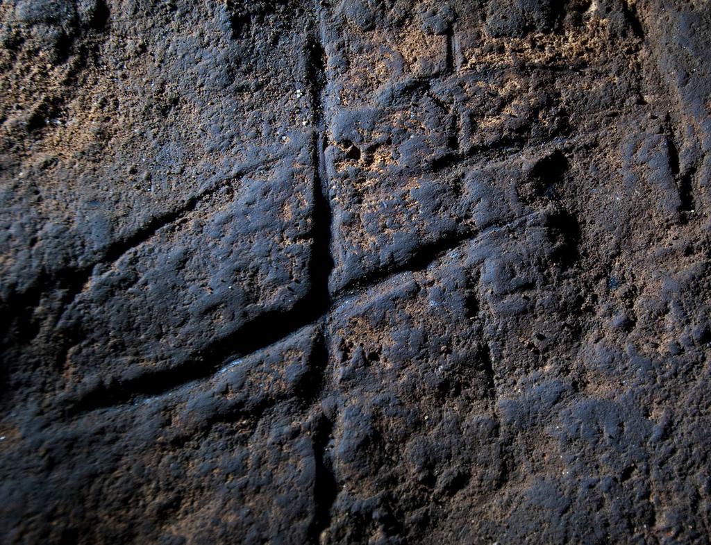 Líneas cruzadas talladas en la roca de la Cueva de Gorham (Gibraltar). Imagen: Stuart Finlayson. Fuente: Sinc.