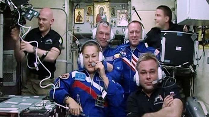 Los miembros de la tripulación en un momento de la ceremonia de bienvenida. Fuente: NASA.