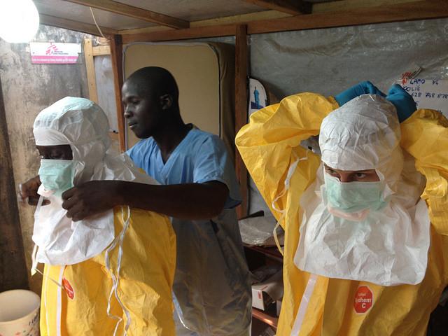 Sanitarios en África protegiéndose para hacer frente al ébola. Fuente: flicker.com