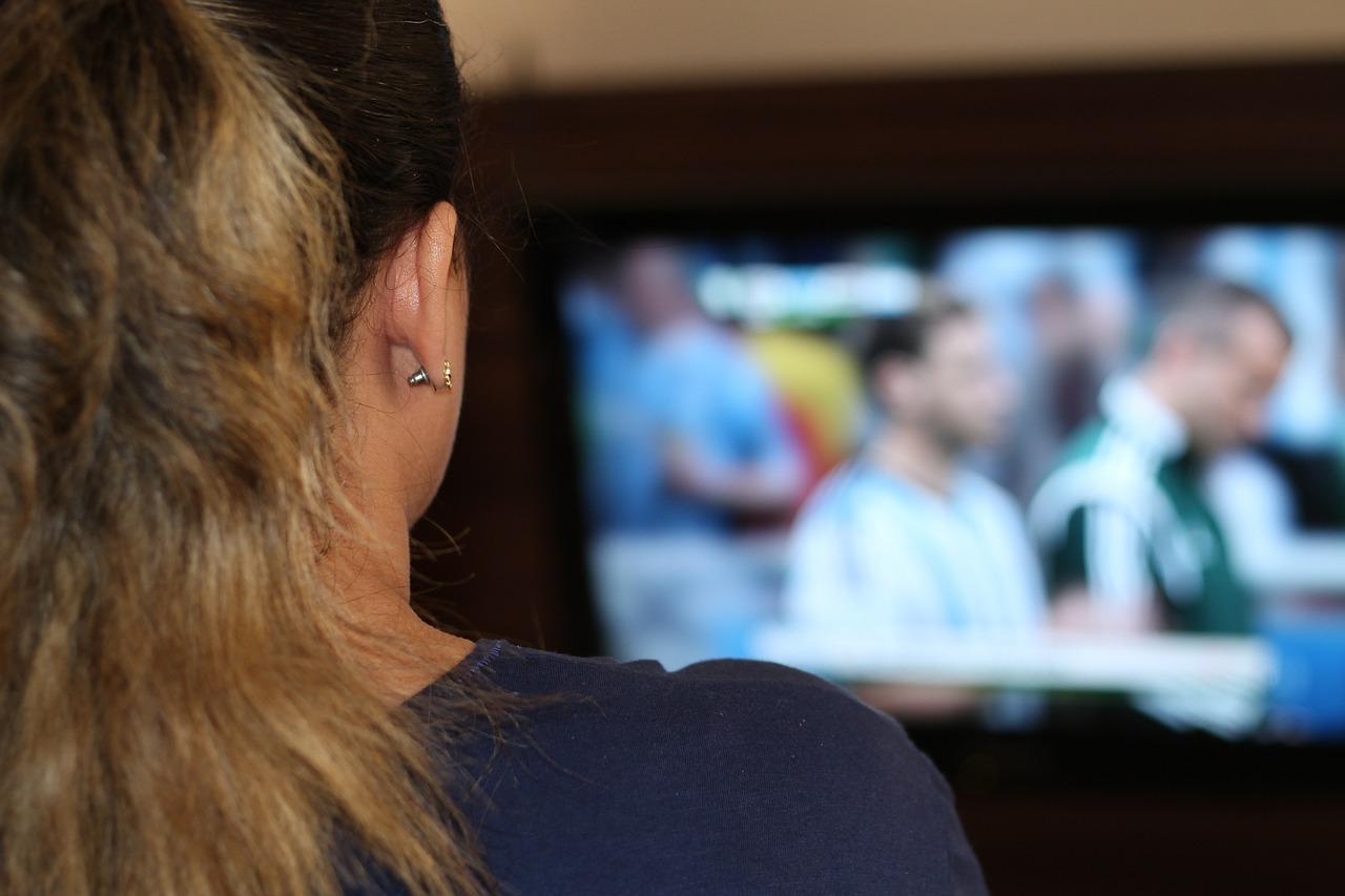 Las mujeres escasean en los medios de comunicación, en comparación con su presencia en la sociedad. Imagen: wilkernet. Fuente: Pixabay.