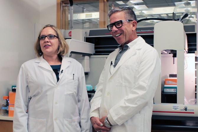 Angela Rasmussen y Michael Katze en su laboratorio de la Universidad de Washington. Imagen: Brian Donohue. Fuente: UW/SINC.