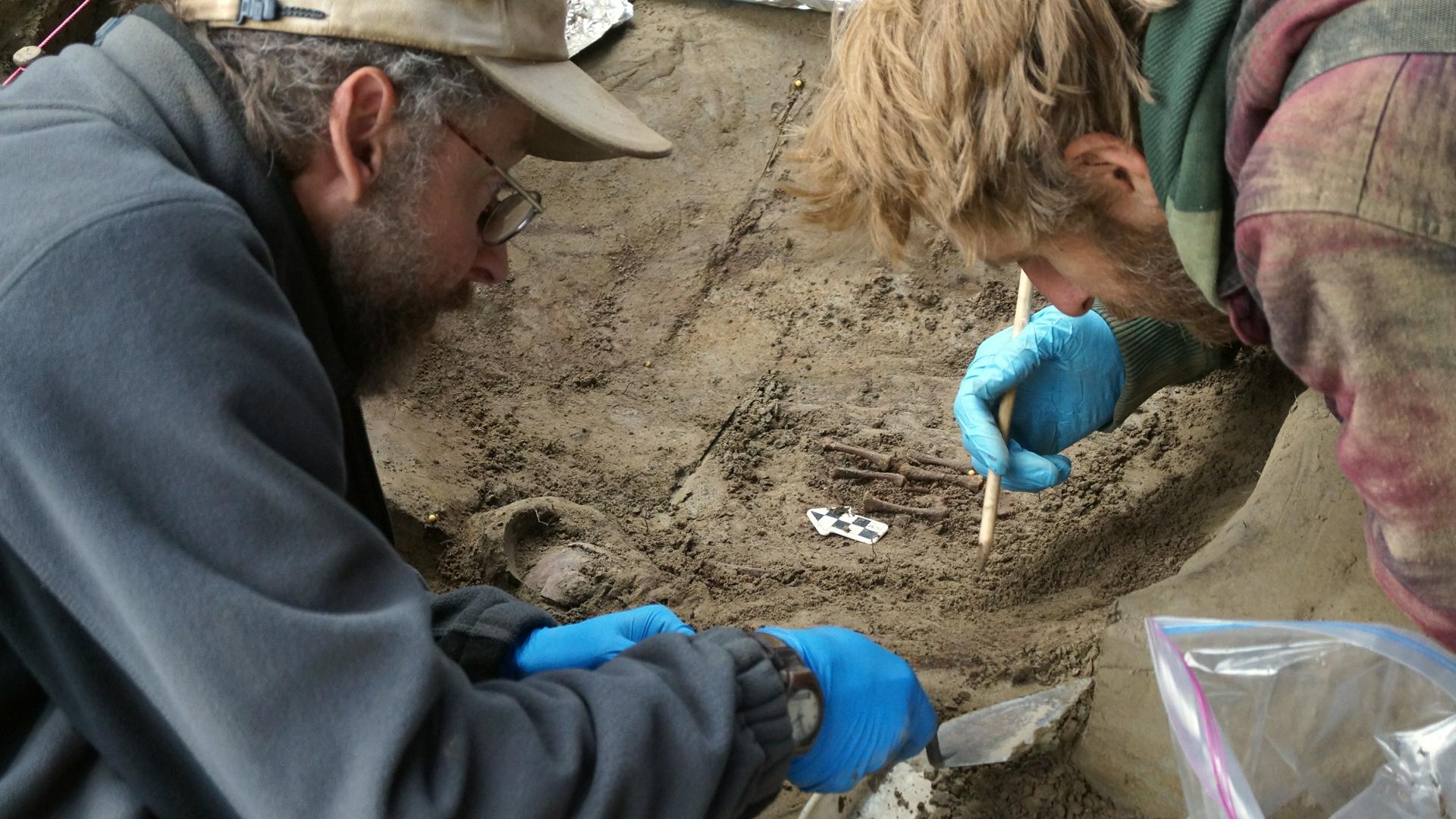 Ben Potter y su colaborador, Josh Reuther, excavan en la tumba de los niños, en el sitio  Upward Sun River de Alaska. Imagen: Ben Potter. Fuente: UAF.