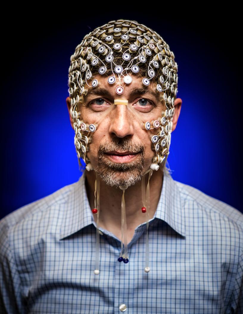 El profesor Barry Van Veen muestra, en su cabeza, la red de electrodos con la que se midió la actividad cerebral de los participantes mientras estos imaginaban o recreaban en su mente imágenes ya vistas. Imagen: Nick Berard. Fuente: Universidad de Wisconsin-Madison.