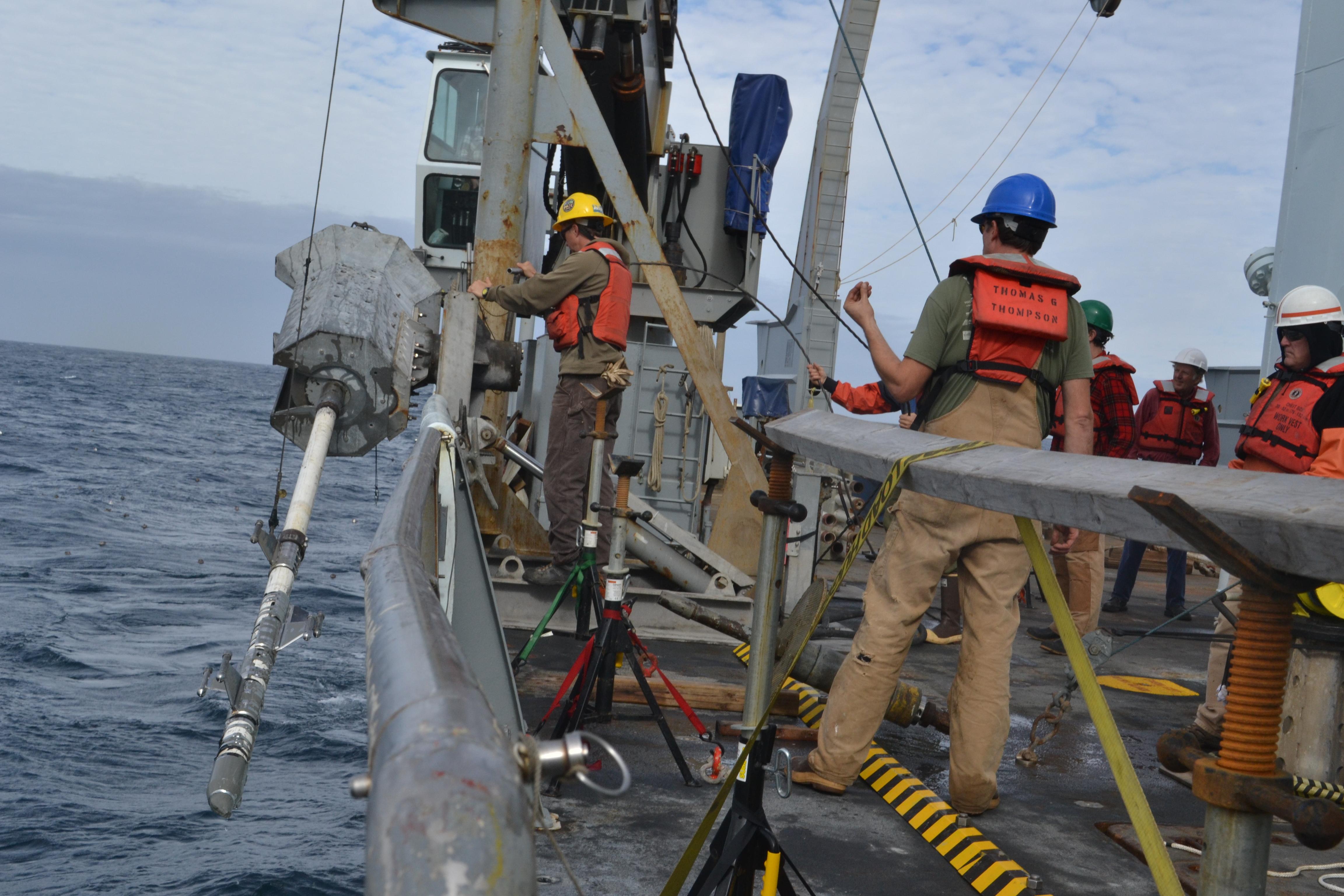 Investigadores recogiendo muestras de sedimentos en la costa de Washington. Fuente: UW.