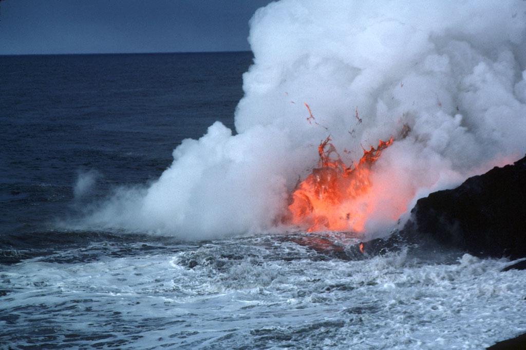 Lava burbujeando al tocar el agua fría. Fuente: Wikipedia.
