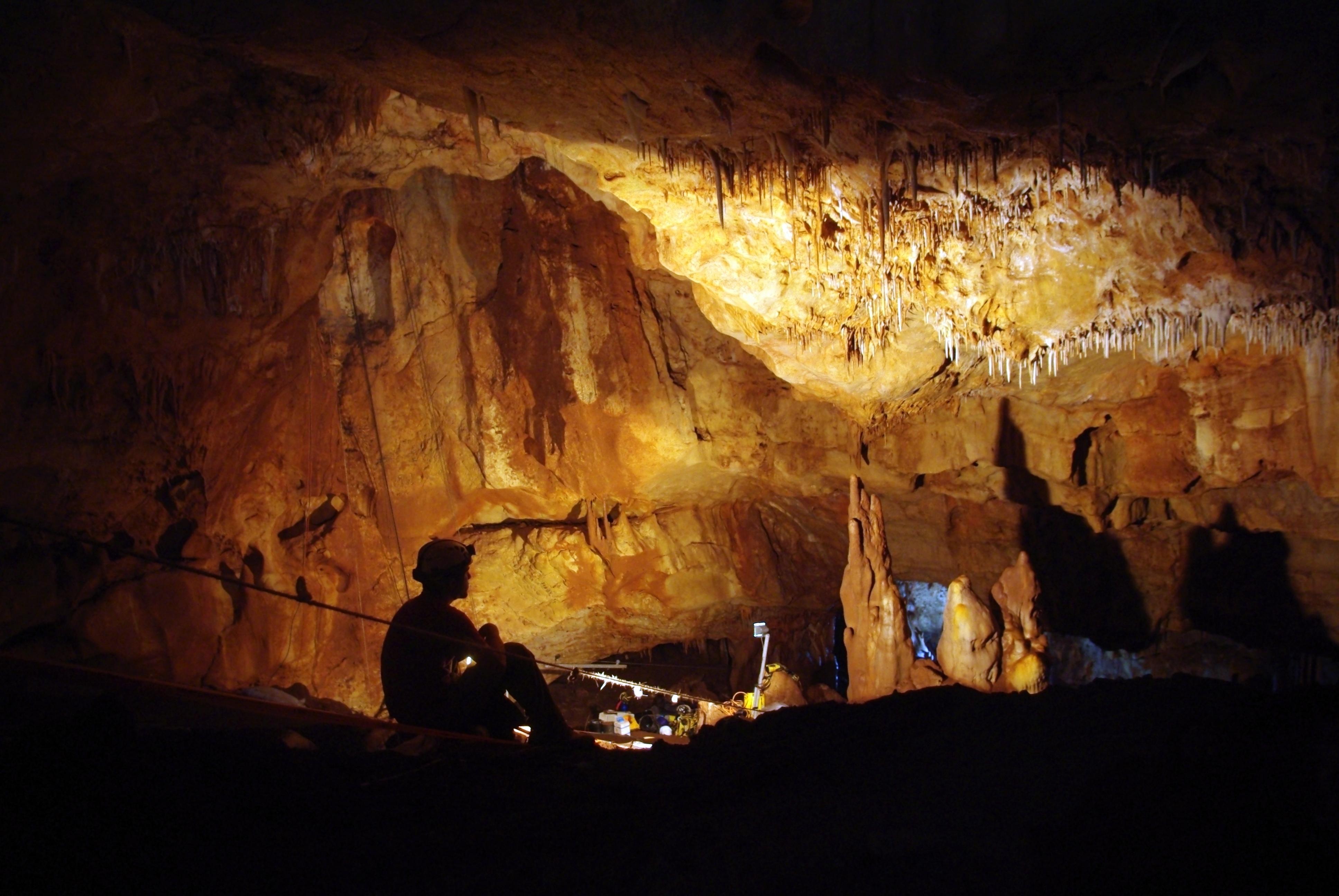 Interior de la cueva Manot, en la que fue hallado el fósil de cráneo de 55.000 años de antigüedad. Imagen: Amos Frumkin. Fuente: Hebrew University Cave Research Center/AlphaGalileo.