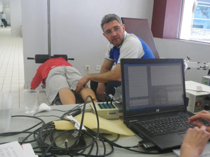 Igor Stirn (Universidad de Eslovenia) durante un test de excitabilidad neuromuscular a un nadador. Fuente: UGR.
